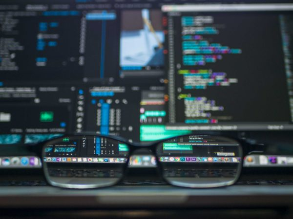 natječaj za informacijske i komunikacijske tehnologije - naočale u pozadini ekran laptopa s kodovima