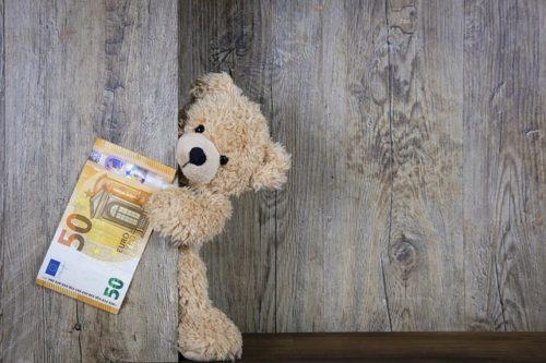 konzultant za pisanje i vođenje EU projekata - plišani medo se krije iza drvenih napola otvorenih vrata i drži novčanicu od 50 eura.