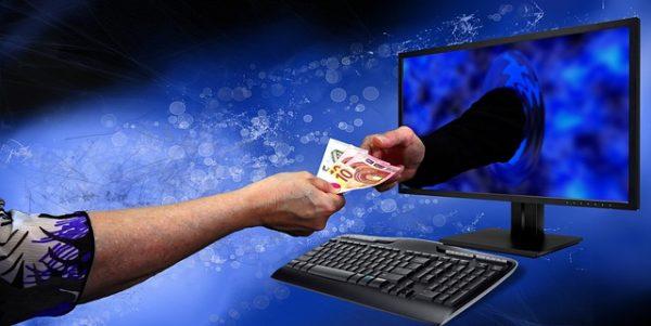 Marketing strategija - ruka izlazi iz ekrana i uzima eure.