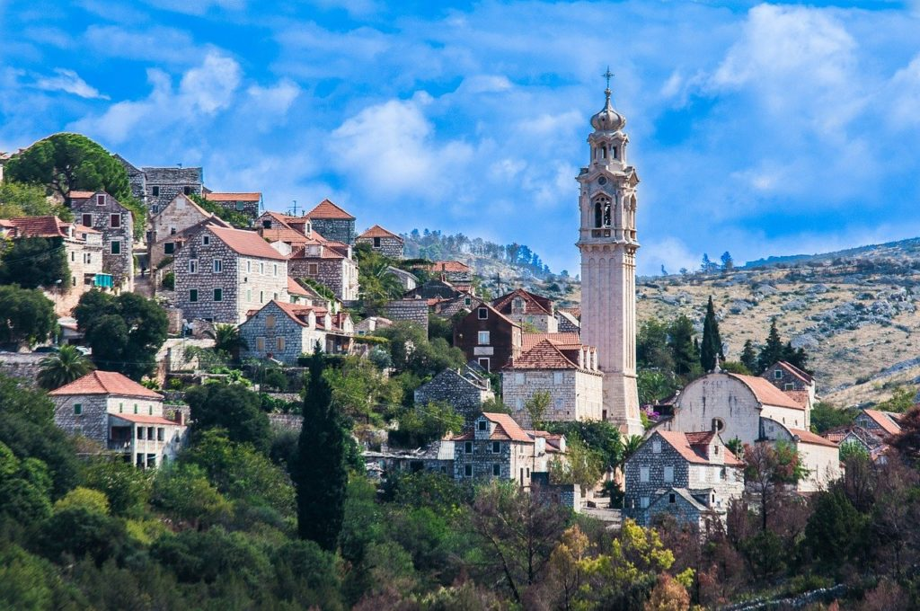 malo selo u Dalmaciji sa starim kućama i crkvom sa zvonikom. Energetska obnova obiteljskih kuća