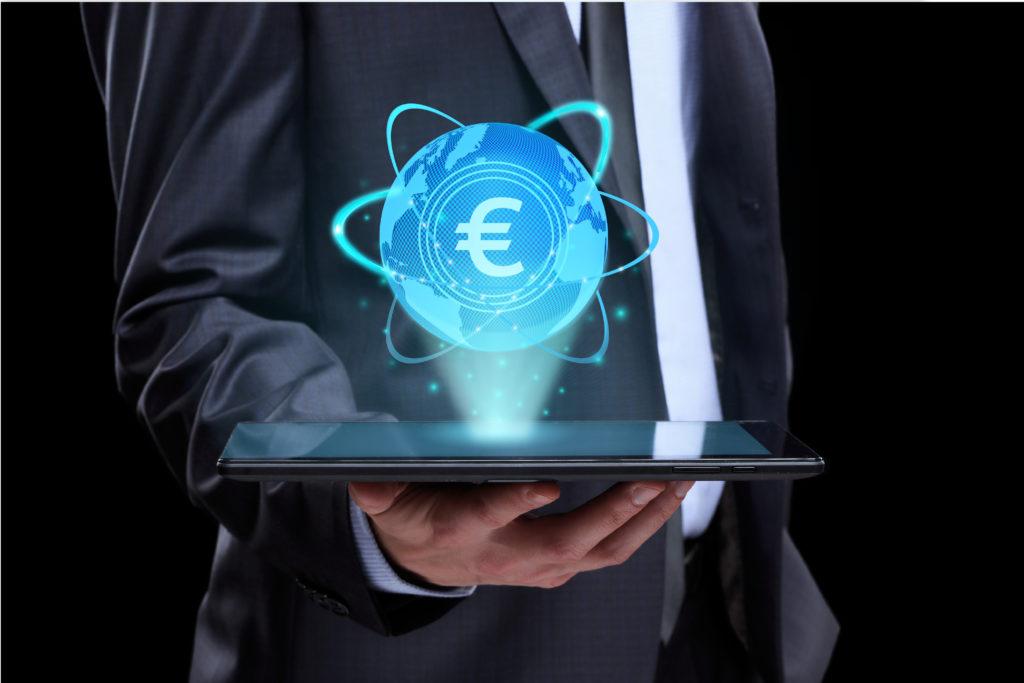 Razvojni krediti - Habor i Hamag Bicro. Poslovni čovjek drži tablet iznad kojeg je kugla svijeta sa znakom ezra.