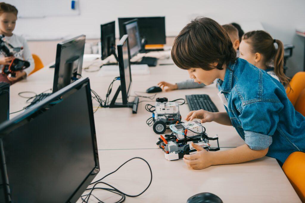 Djećak koji sastavlja robota - popularizacija stem-a