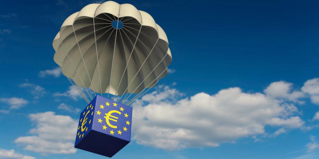 EU potpore - padobran koji nosi kutiju na kojoj je znak eura