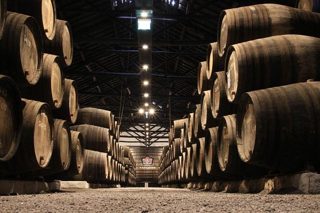 Ulaganja u vinarije i marketing vina u 2021. godini, vinski podrum, drvene bačve